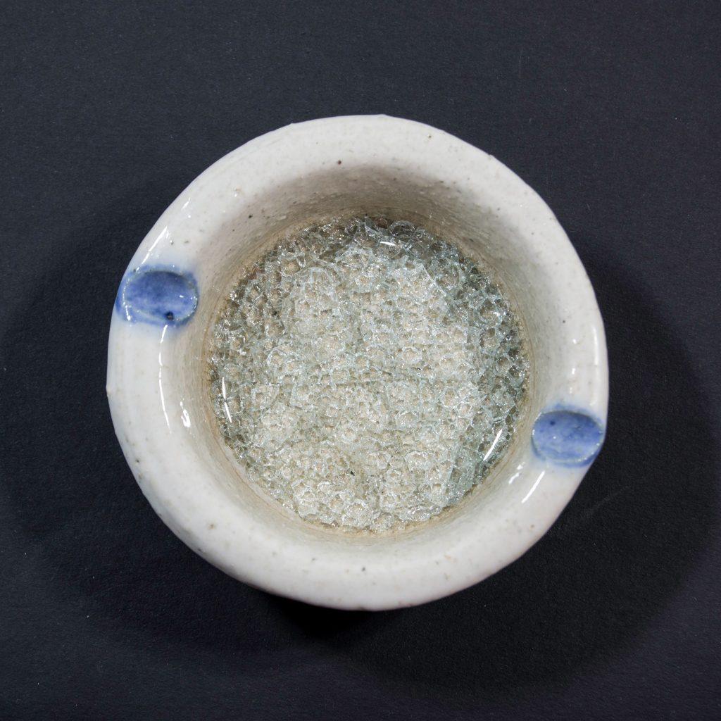 Cenicero con decoración de cristal blanco, hecho a mano en Galicia. Dimensiones 10x10x4cm .
