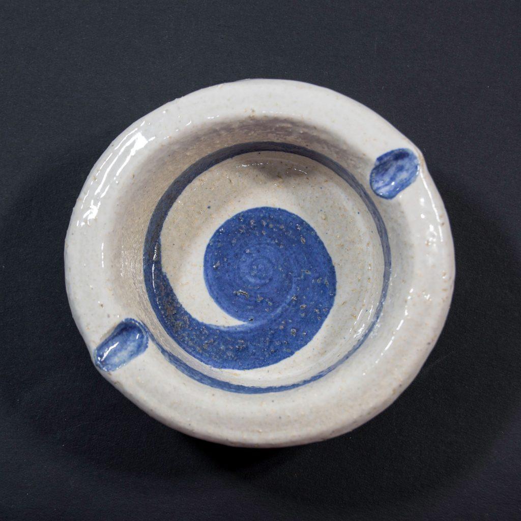 Cenicero con decoración de espiral azul, hecho a mano en Galicia. Dimensiones 10x10x4cm .