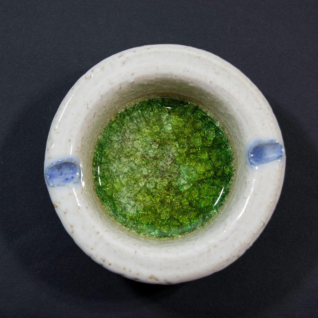 Cenicero con decoración de cristal verde, hecho a mano en Galicia. Dimensiones 10x10x4cm .