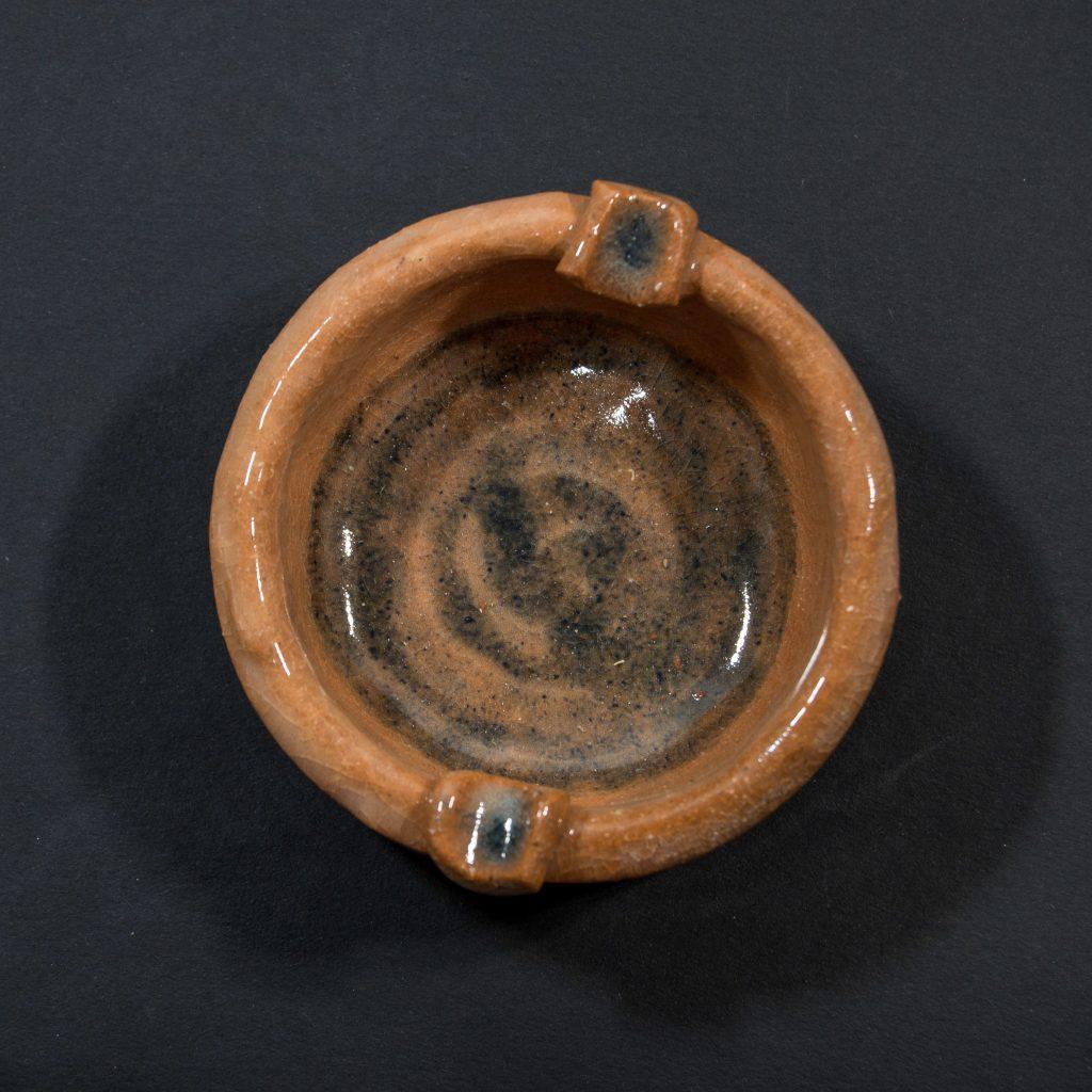 Perfil cenicero hecho a mano en Galicia, tonos marrones. Pieza única. Dimensiones 10x10x4 cm