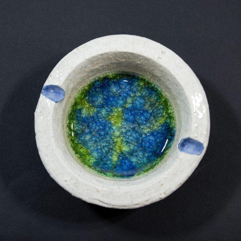 Cenicero con decoración de cristal verde y azul, hecho a mano en Galicia. Dimensiones 10x10x4cm .