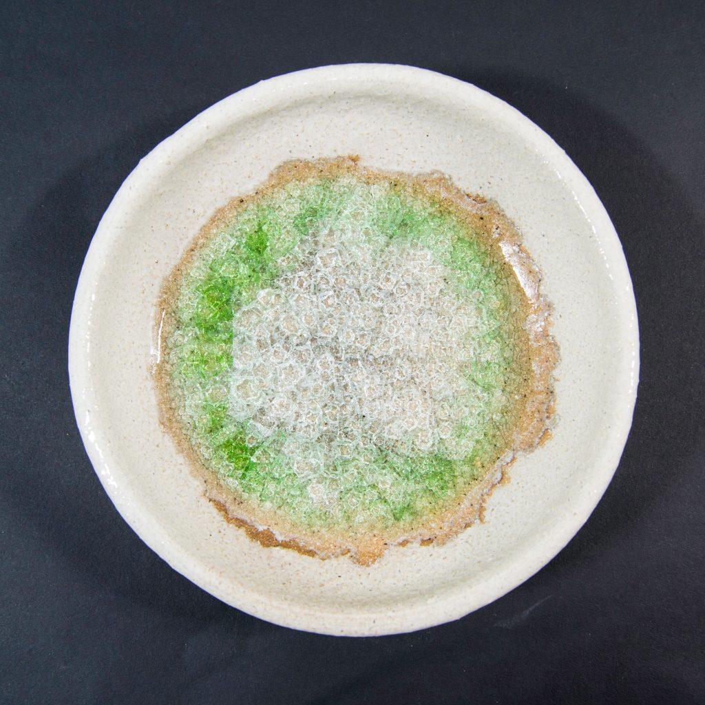 Plato mediano con decoración de cristal verde y blanco, hecho a mano en Galicia. Dimensiones 17x17x4cm . Para particulares y hostelería, apto para lavavajillas y microondas.