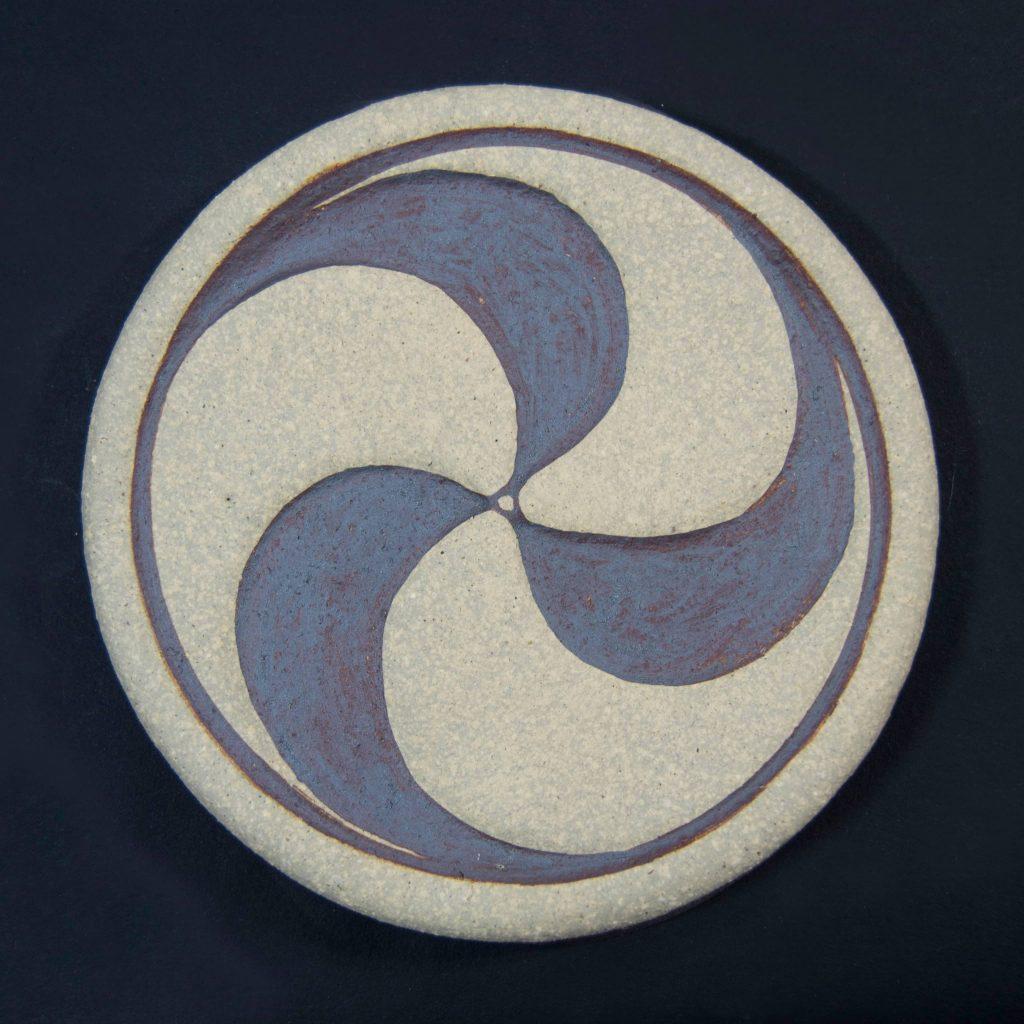 Trisquel color marrón de cerámica, hecho a mano en Galicia