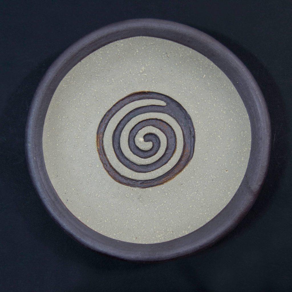 Plato marrón sin esmalte con decoración de grabados rupestres. Petroglfo. Hecho a mano en Galicia