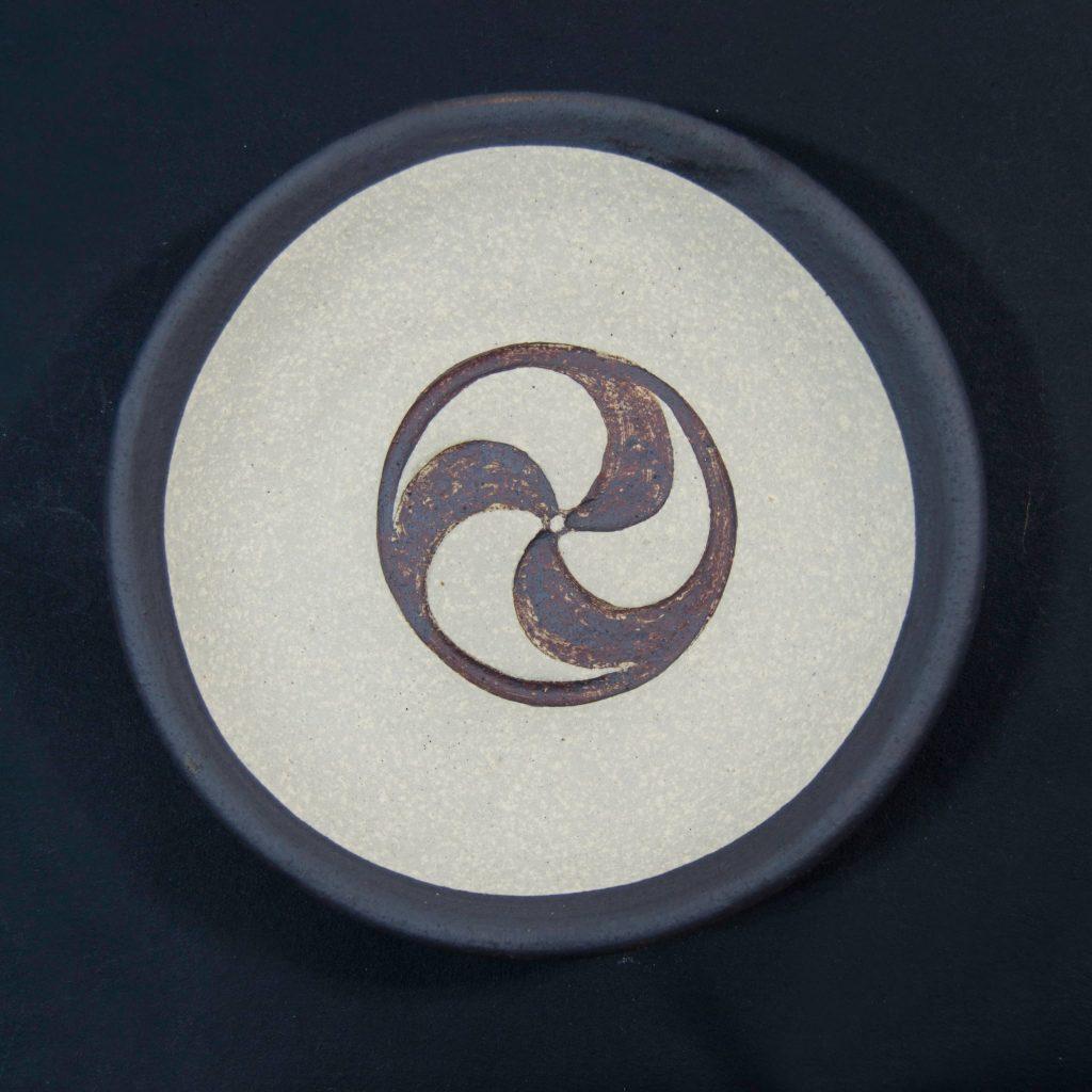 Plato marrón y negro sin esmalte con decoración de grabados rupestres. Petroglifo. Hecho a mano en Galicia