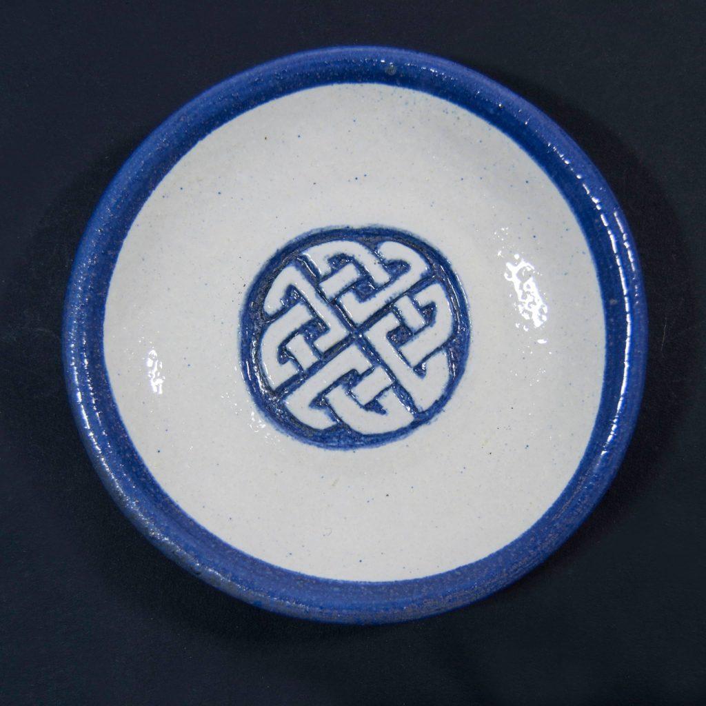 Plato azul y blanco con decoración de grabados rupestres. Petroglifo. Hecho a mano en Galicia