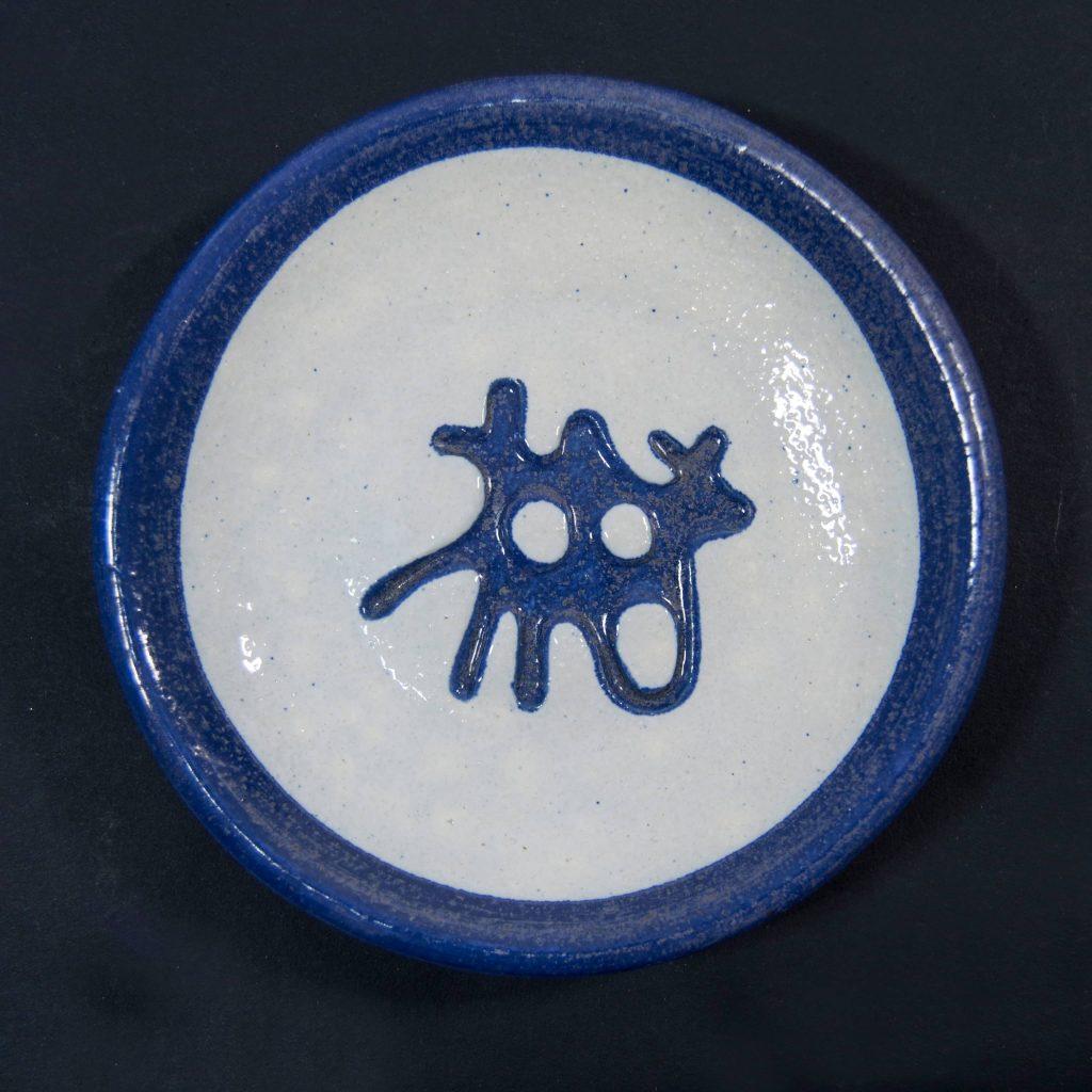 Plato azul y blanco con decoración de grabados rupestres. Petroglifo, motivo pedra dos chetos. Ubicado en Oia, Pontevedra. Hecho a mano en Galicia