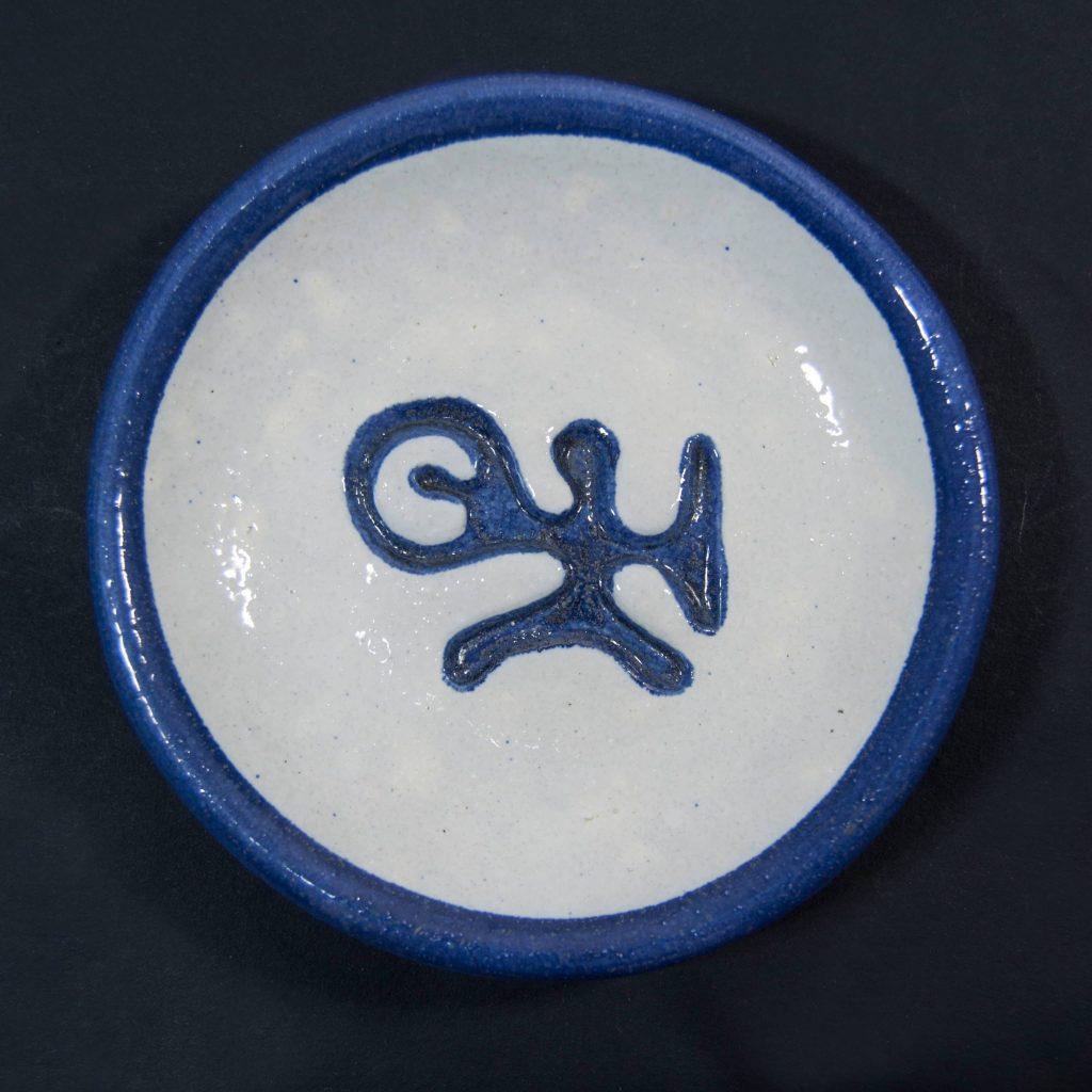 Plato azul y blanco con decoración de grabados rupestres. Petroglifo, motivo pedra das ferraduras. Ubicado en Cotobade, Pontevedra. Hecho a mano en Galicia
