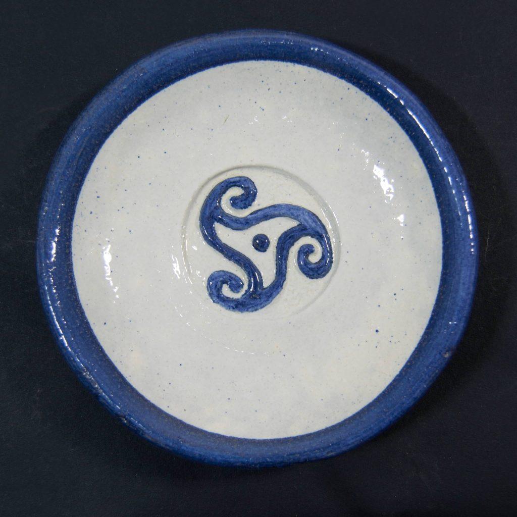 Plato azul y blanco con decoración de grabados rupestres. Petroglfo. Hecho a mano en Galicia