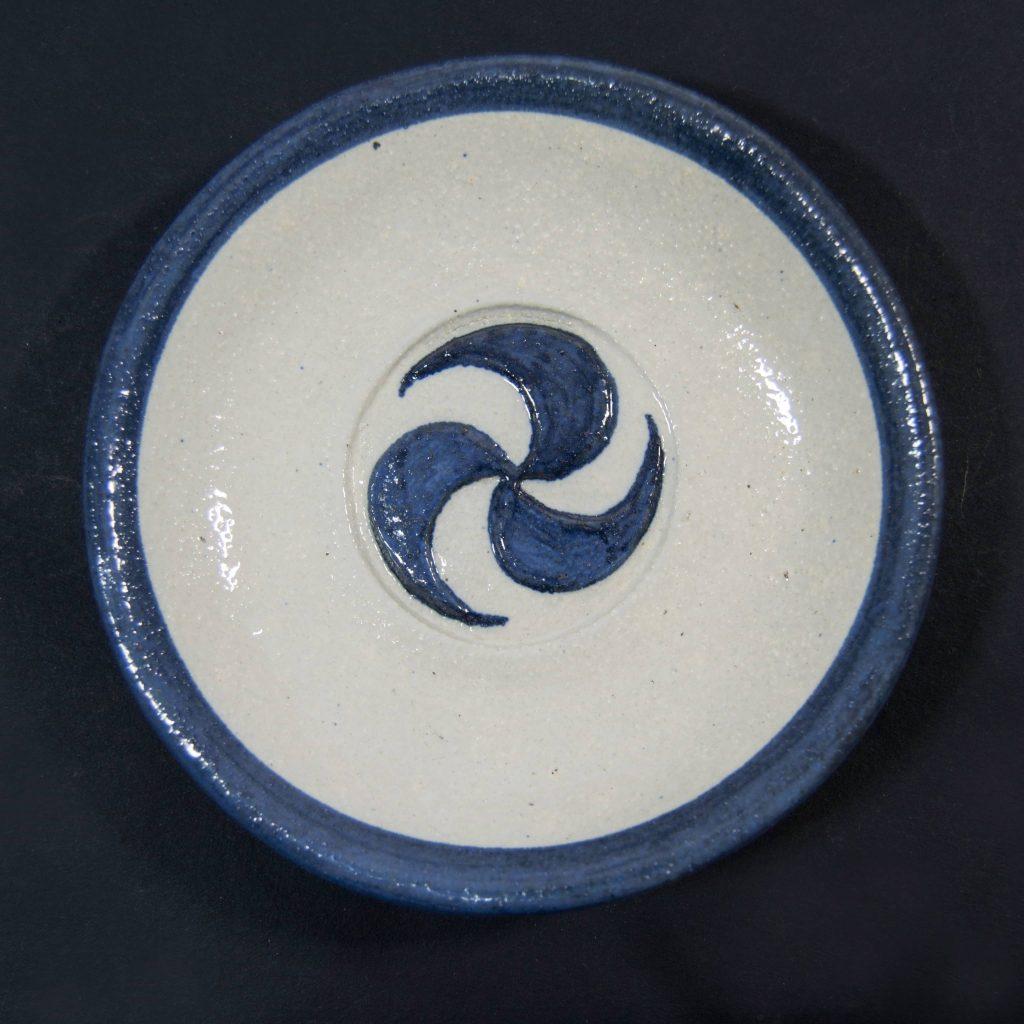 Plato azul y blanco con decoración de grabados rupestres. Hecho a mano en Galicia