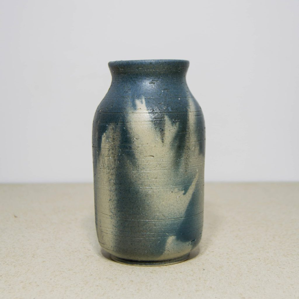 Jarrón pequeño azul de cerámica, pieza única. Hecho a mano, decoración para sala de estar y centros de mesa. Juego de tres unidades