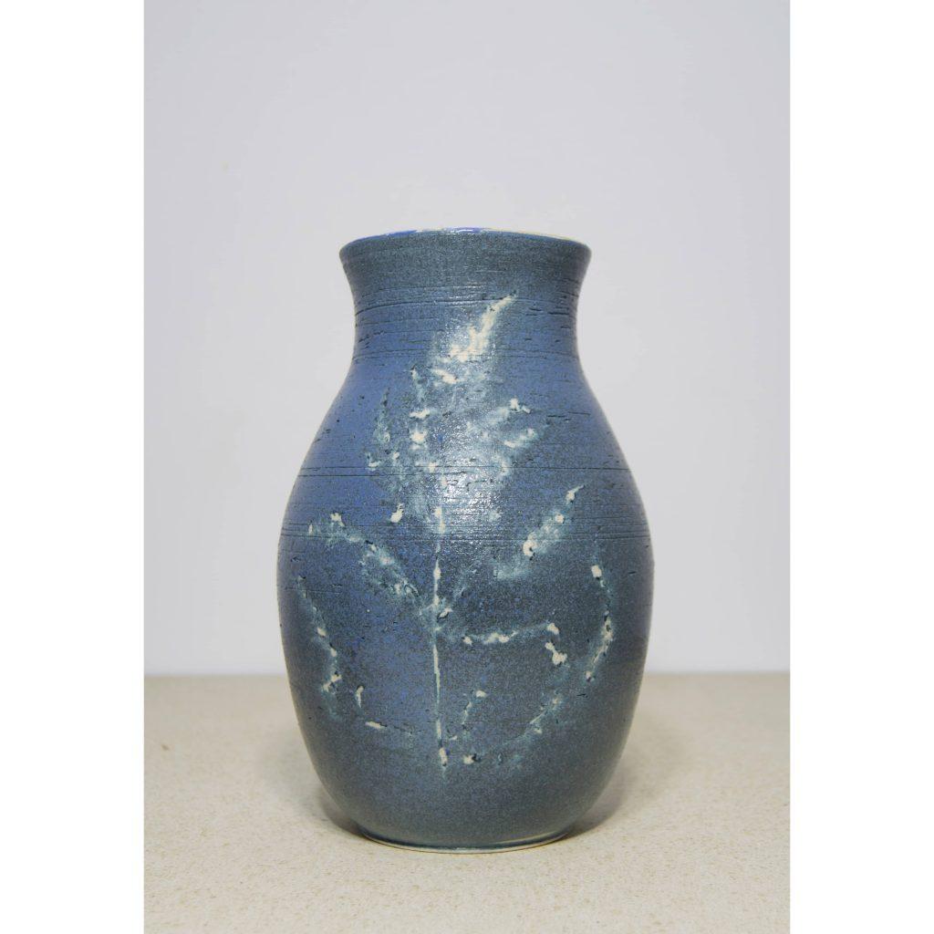 Jarrón azul de cerámica, pieza única. Hecho a mano, decorado con plantas. Juego de dos piezas