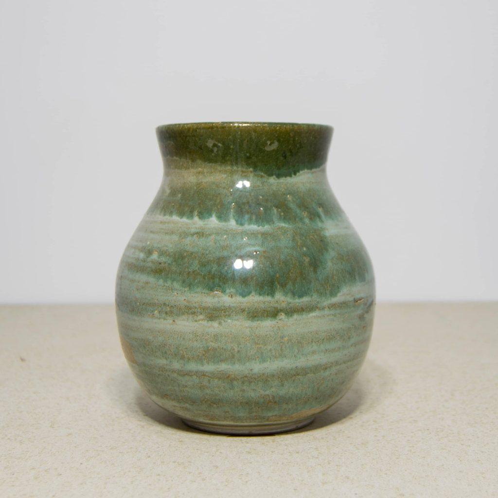 Jarrón esmalte verde de cerámica, pieza única. Hecho a mano, decoración para sala de estar y centros de mesa. Juego de tres unidades